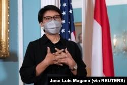 Menlu Retno Marsudi berbincang dengan awak media usai pertemuan bilateral dengan Menlu AS Antony Blinken, di Departemen Luar Negeri di Washington, AS, 3 Agustus 2021. (Foto: Jose Luis Magana via REUTERS)