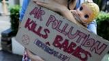 ARHIVA - Aktivistkinja za zaštitu životne sredine drži kartonski znak i lutku na protestu u Džakarti u Indoneziji, 16. septembra 2021. (Foto: Reuters/Willy Kurniawan)