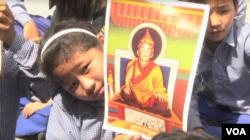 印度达兰萨拉流亡藏人社区的孩子们为根敦确吉尼玛庆祝生日
