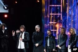 El locutor Howard Stern (izquierda), Richie Sambora, Hugh McDonald, Tico Torres, Jon Bon Jovi y David Bryan durante la ceremonia en el Salón de la Fama del Rock and Roll. Cleveland, Ohio. 14-4-18.
