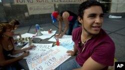 Estudiantes universitarios preparan carteles para sus protestas contra el gobierno de Nicolás Maduro.