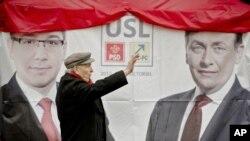Áp phích bầu cử của Liên minhTự do - Xã hội cầm quyền của Thủ tướng Victor Ponta tại Bucharest.