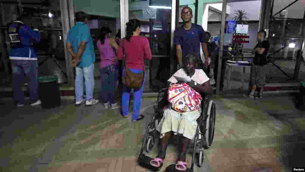 Des patients à l'extérieur d'une clinique à Cali, Colombie, 16 avril 2016.