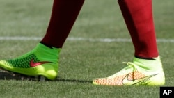 一名足球队员2014年6月在一场比赛时穿的耐克足球鞋(美联社)