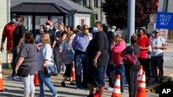 選民在疫情和抗議中戴上口罩投下初選選票