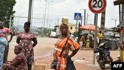 Vendeurs de rue à Noé, la ville frontalière entre la Côte d'Ivoire et le Ghana où les résidents n'ont pas pu traverser en raison de la pandémie de COVID-19 le 22 septembre 2021.