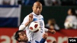 El hondureño Victor Bernardez (blanco), no puede hacerse del balón ante la maniobra del guatemalteco Carlos Ruiz.
