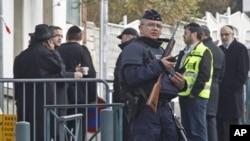 Un officier de la police armée monte la garde à l'entrée de l'école juive Ozar Hatorah à Toulouse, France, 20 mars 2012.