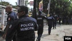 Polisi di Acapulco, Meksiko melakukan pengejaran terhadap gang narkoba bersenjata, 8 Januari 2010.
