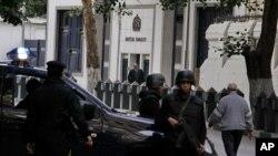Pasukan Mesir melakukan pengamanan ketat terhadap Kedutaan Inggris yang ditutup di Kairo, Senin (8/12).