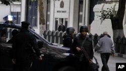 이집트 주재 영국대사관이 영사 업무를 중단한 이틀째인 8일 보안 요원들이 대사관 앞에서 경계근무를 서고 있다.