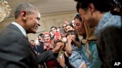 Presiden AS Barack Obama menggoda Sophia Ahmadinejad yang berusia dua tahun, dalam jamuan makan malam untuk merayakan Idul Fitri di Gedung Putih, Washington, DC (21/7). (AP/Pablo Martinez Monsivais)