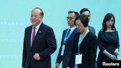 北京认可的澳门唯一的行政长官候选人贺一诚(左一)在澳门出席一个会议。 (2019年8月10日)