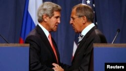 U.S. Secretary of State John Kerry (L) and Russian Foreign Minister Sergei Lavrov (R) shake hands after making statements following meetings regarding Syria, at a news conference in Geneva, Sept.14, 2013.
