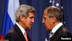 Menlu AS John Kerry (kiri) dan Menlu Rusia Sergei Lavrov (kanan) saling berjabat tangan seusai pertemuan yang membahas upaya mengakhiri program senjata kimia Suriah dalam konferensi pers di Jenewa (14/9).