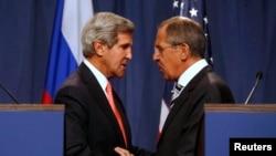 2013年9月14日美国国务卿克里(左)与俄罗斯外长拉夫罗夫(右)在日内瓦举行记者会之后的照片。