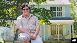 資料照 - 變性高中生加文·格里姆2016年8月22日在位於維吉尼亞州格洛斯特的家門前。最高法院將首次聽審涉及變性人權利的上訴案。該案涉及維吉尼亞州一個學校董事會希望阻止變性青少年格里姆使用其學校的男生廁所。