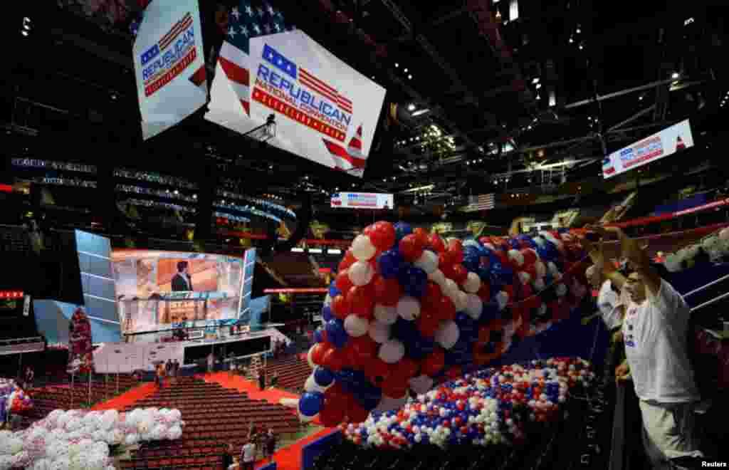 Trabajadores llevan globos al Quicken Loans Arena, sede de la Convención Nacional Republicana en Cleveland, Ohio.
