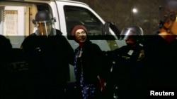 美國俄勒岡州波特蘭警方星期四晚在騷亂現場扣留一名示威者。