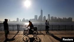 허드슨 강 너머로 보이는 미국 뉴욕 시 맨하탄 전경. 최근 미국 뉴욕과 마이애미, 영국 런던 등 세계 주요 도시들 부동산에 중국인 투자가 증가하고 있다. (자료사진)