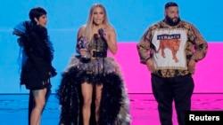 "Cardi B, Jennifer Lopez dan DJ Khaled menerima penghargaan Kolaborasi Terbaik untuk ""Dinero"" dalam MTV Video Music Awards yang berlangsung di Radio City Music Hall, New York, 20 Agustus 2018."