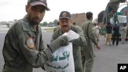 Pakistanski vojnici istovaruju humanitarnu pomoć za žrtve zemljotresa u Peševaru, Pakistan 27. oktobar 2015.
