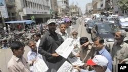 巴基斯坦市民星期一購買報道本拉登死亡消息的報紙