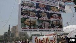 Người biểu tình treo biểu ngữ tại Quảng trường Tahrir, Ai Cập, 10/7/2011