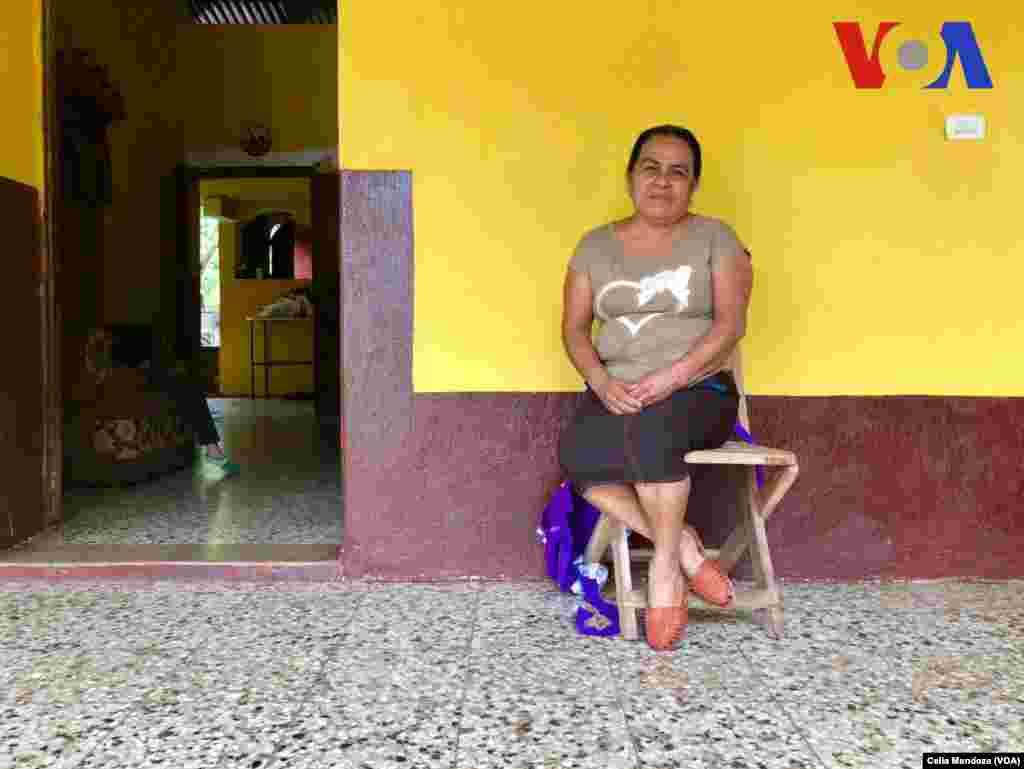 Guadalupe García Payes, 54 años, es la mamá de Yeni González. (Celia Mendoza - VOA)