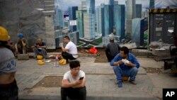 Công nhân Trung Quốc tại một công trường xây dựng ở Bắc Kinh. Hai công nhân Trung Quốc ở Singapore vừa bị cáo buộc đòi tiền hối lộ có giá trị chỉ 1 đô la Singapore.