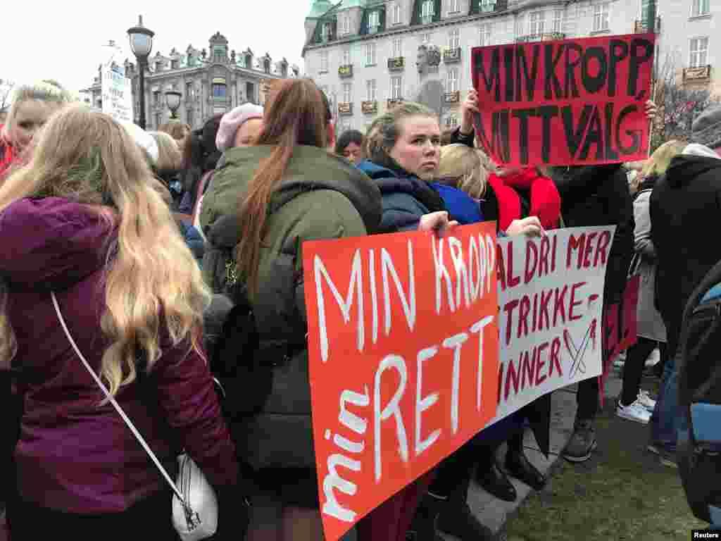 تجمع گروهی از زنان نروژی در اسلو در اعتراض به تغییر قوانین مربوط به سقط جنین. آنها در پلاکاردهایشان می گویند «بدن من، حقوق من».