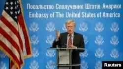 លោក John Bolton ទីប្រឹក្សាសន្តិសុខជាតិរបស់លោកប្រធានាធិបតី ដូណាល់ ត្រាំ ថ្លែងនៅក្នុងសន្និសីទកាសែតមួយនៅក្នុងក្រុង Kyiv ប្រទេសអ៊ុយក្រែន កាលពីថ្ងៃទី២៤ ខែសីហា ឆ្នា២០១៨។