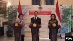 Menteri Luar Negeri Marty Natalegawa (tengah) bersama Menteri Negara Perencanaan Pembangunan Armida Alisjahbana (kiri) dan Menteri Pariwisata dan Ekonomi Kreatif Mari Pangestu. (VOA/Andylala Waluyo)