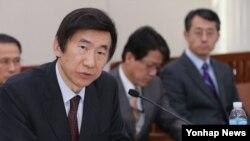 윤병세 한국 외교 장관 내정자가 28일 오전 국회에서 열린 인사청문회에 출석, 위원들의 질문에 답변하고 있다.