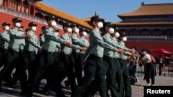 全国人大会议开幕当天的中国武警士兵。