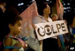 Những người ủng hộ chính phủ với biểu ngữ ủng hộ đảo chính ở Rio de Janeiro, Brazil, ngày 11/5/2016.