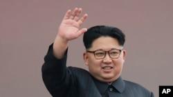 김정은 북한 노동당 위원장이 10일 평양 김일성 광장에서 열린 당 7차 당 대회 경축 군중집회에서 손을 흔들고 있다.