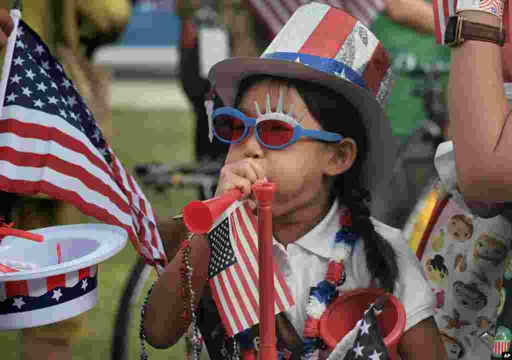 Hana Cho (8 tahun), Pandu Pramuka dari Unit 5665 menguji terompet sebelum ikut serta dalam parade 4 Juli di Santa Monica, California hari Selasa, 4 Juli 2017.