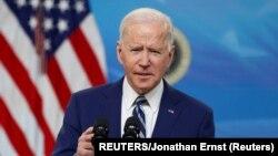 美国总统拜登在白宫南院礼堂谈他的行政当局对新冠疫情的最新应对措施。(2021年3月29日)