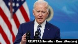 ARHIVA - Predsjednik Biden obraća se naciji sa novim informacijama o borbi protiv koronavirusa, u Bijeloj kući, 29. marta 2021. (Foto: Reuters/Johnatan Ernst)