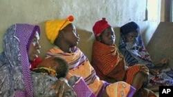 图为等待获得医疗服务的非洲妇女
