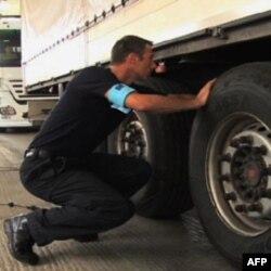 Graničari proveravaju vozila koja prelaze grčko-tursku granicu