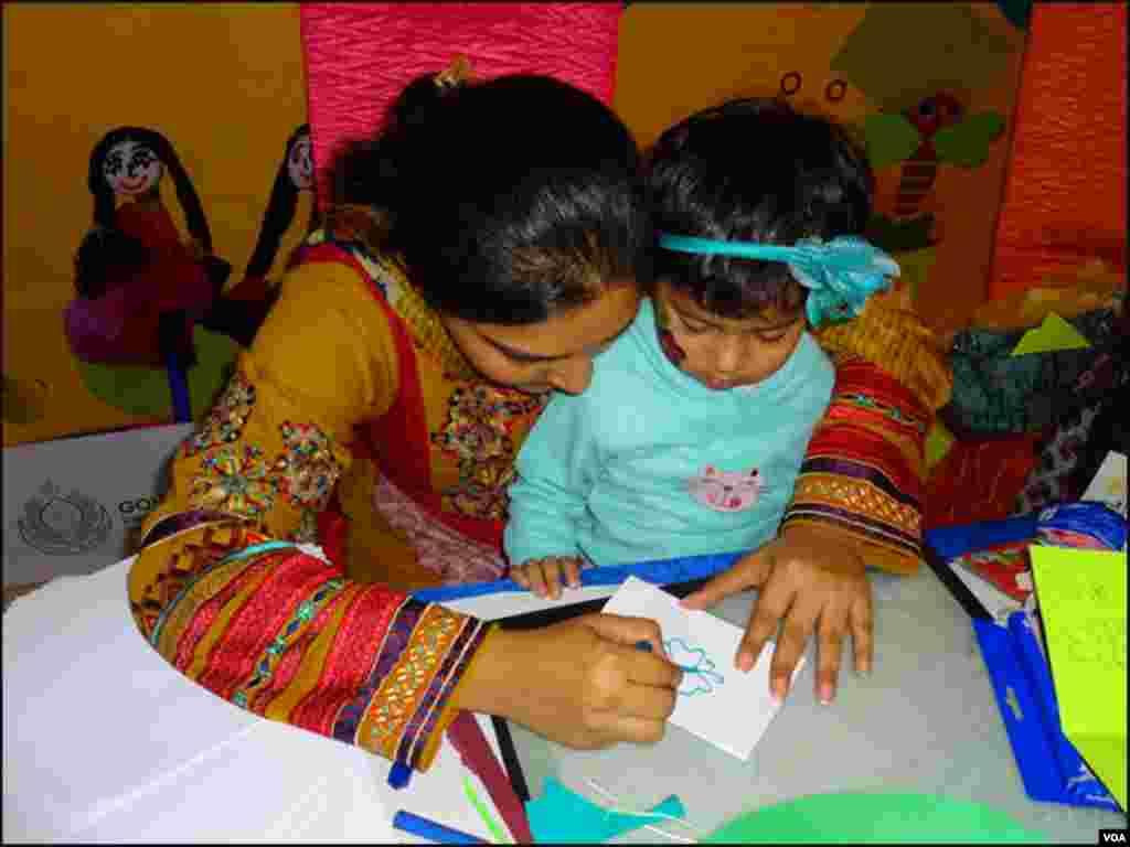 کراچی: چلڈرن لٹریچر فیسٹیول میں ٹیچر بچوں کو ڈرائنگ سکھارہی ہے