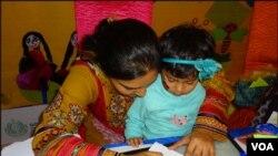 کراچی: چلڈرن لٹریشر فیسٹیول میں ٹیچر بچوں کو ڈرائنگ سکھارہی ہے