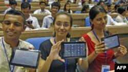 """Các sinh viên khoe máy tính bảng """"Aakash"""" sau buổi giới thiệu sản phẩm ở New Delhi, Ấn Độ, 5/10/2011"""