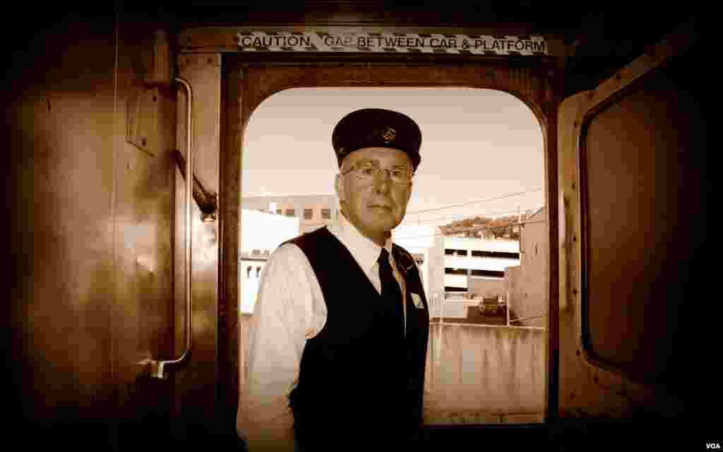 Джон Хэнки, в прошлом преподаватель математики в колледже, сегодня – кондуктор и экскурсовод