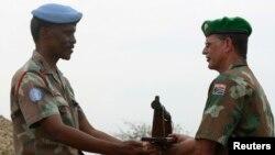 Chỉ huy lực lượng gìn giữ hòa bình LHQ, Derrick Mgwebi (trái) trao quyền chỉ huy lực lượng gìn giữ hòa bình cho ông Hein Visser thuộc Liên hiệp châu Phi tại Bujumbura hôm 28/12/2006.