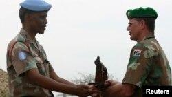 Passage de témoins entre l'Opération des Nations Unies au Burundi (ONUB) et la mission de maintien de la paix de l'Union africaine lors d'une cérémonie à Bujumbura le 28 décembre 2006.