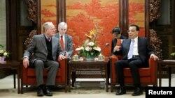 리커창 중국 총리가 1일 중국 베이징에서 테네시 상원 의원 라마 알렉산더 등 미국을 방문한 공화당 연방 상하원 의원 대표단과 회담하고 있다.