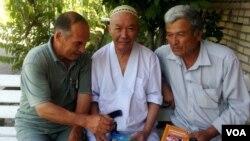 Abdulla OripovTojikistonlik shoir Jamshed va yozuvchi Hakim Zokir bilan